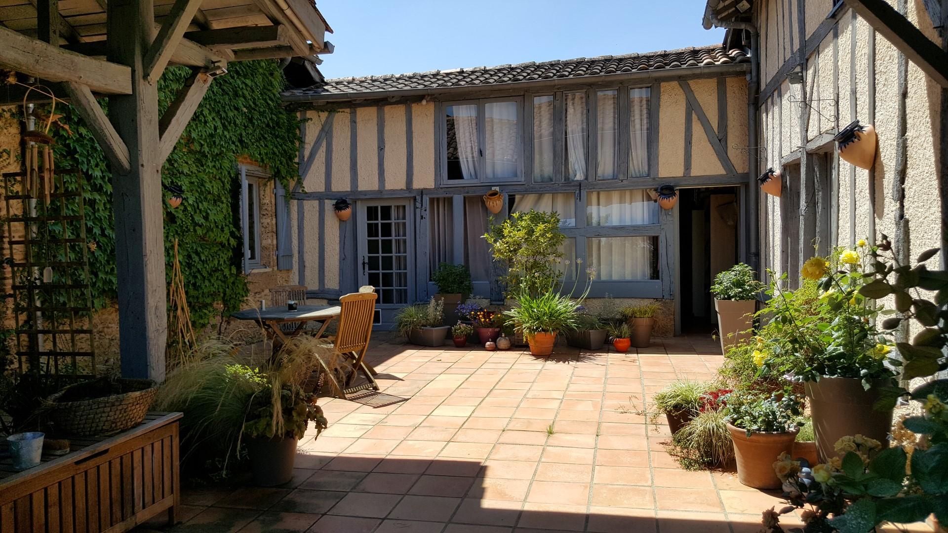Terrasse ensoleillé dans une maison d'hôtes dans le gers